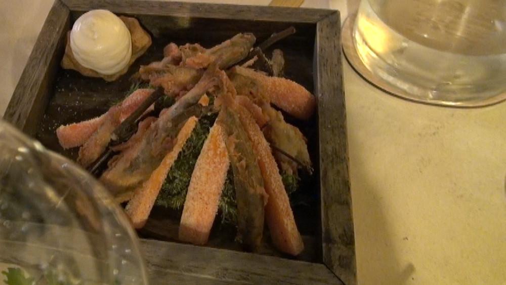 Friture de Loire, carottes séchées aux épices et mousse de céleri au chocolat blanc