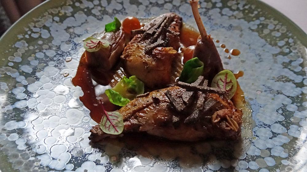 Perdreau de chasse Française juste rôti auxbaies de genièvres | purée de marron | raisin blanc en nage de citronnelle | choux de Bruxelles | jus court