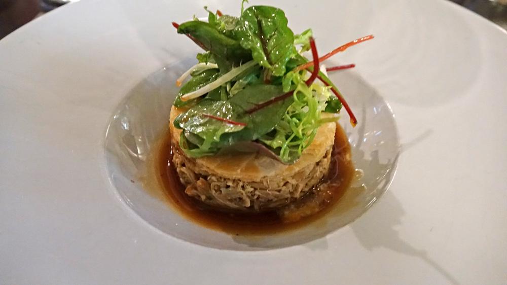Effiloché de cuisses de volaille d'Ancenis, salade du moment et jus acidulé
