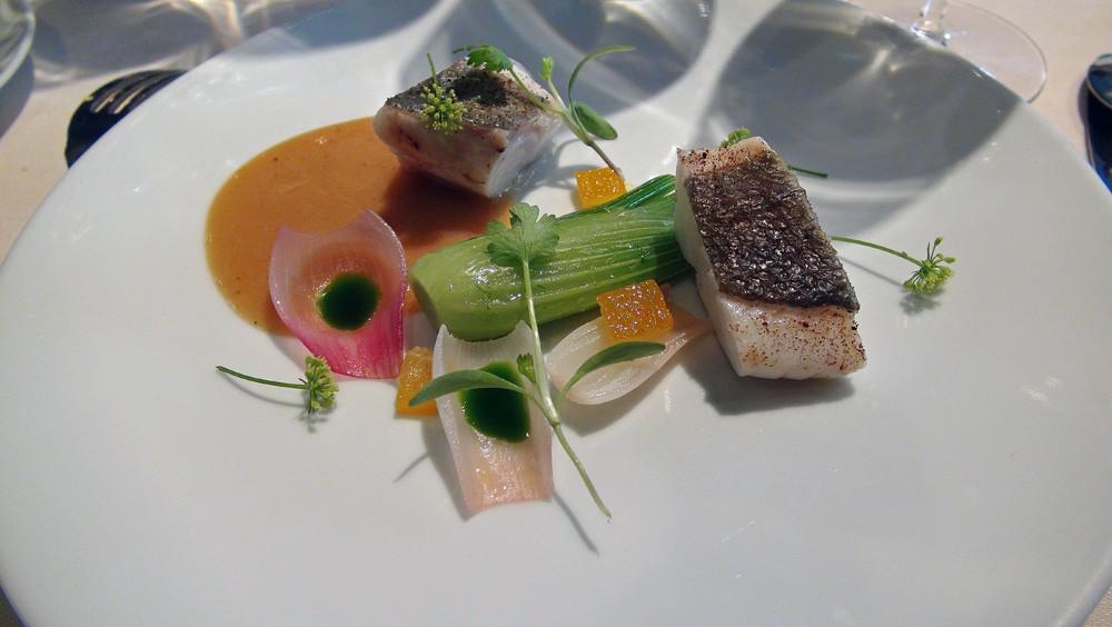 Saint-Pierre, fenouil et oignon rose, citron confit et sauce tamarin & raisin
