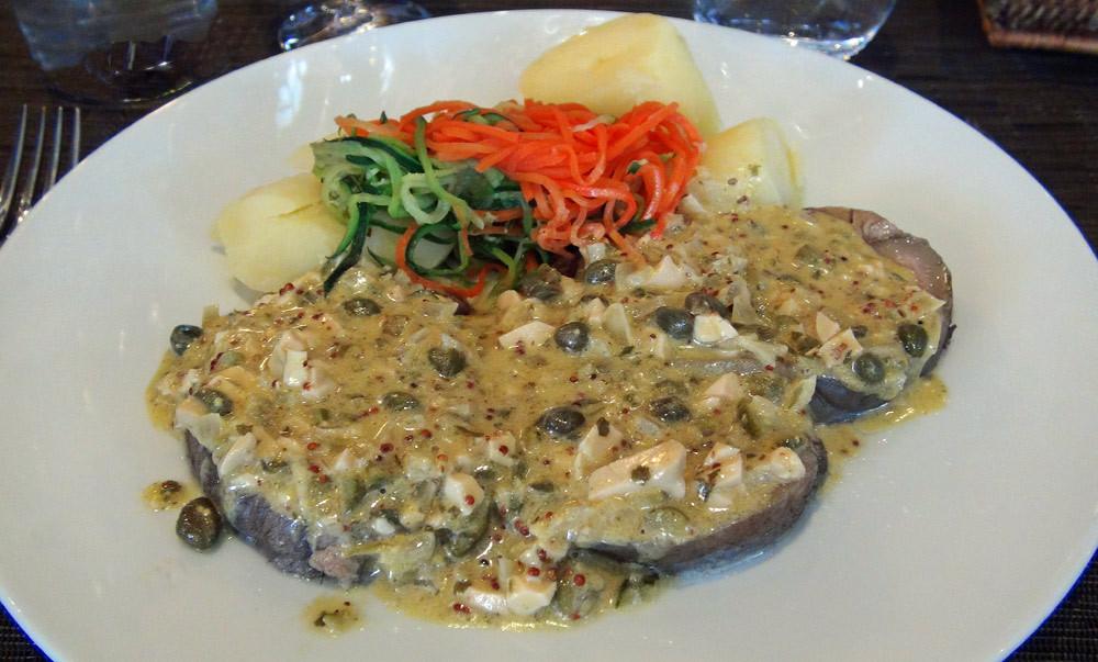 Tête de veau sauce ravigote, rouelles de pommes de terre & légumes du marché