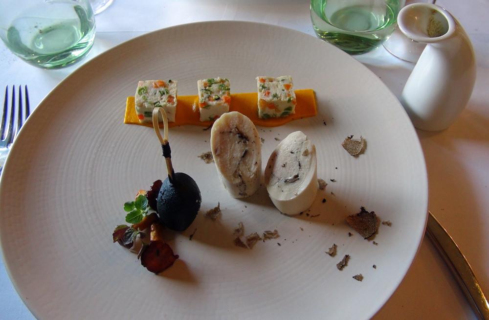 Cocon de volaille aux truffes d'été, nougat de légumes,jus au piment d'Espelette et betterave jaune en tempura à l'encre ce seiche