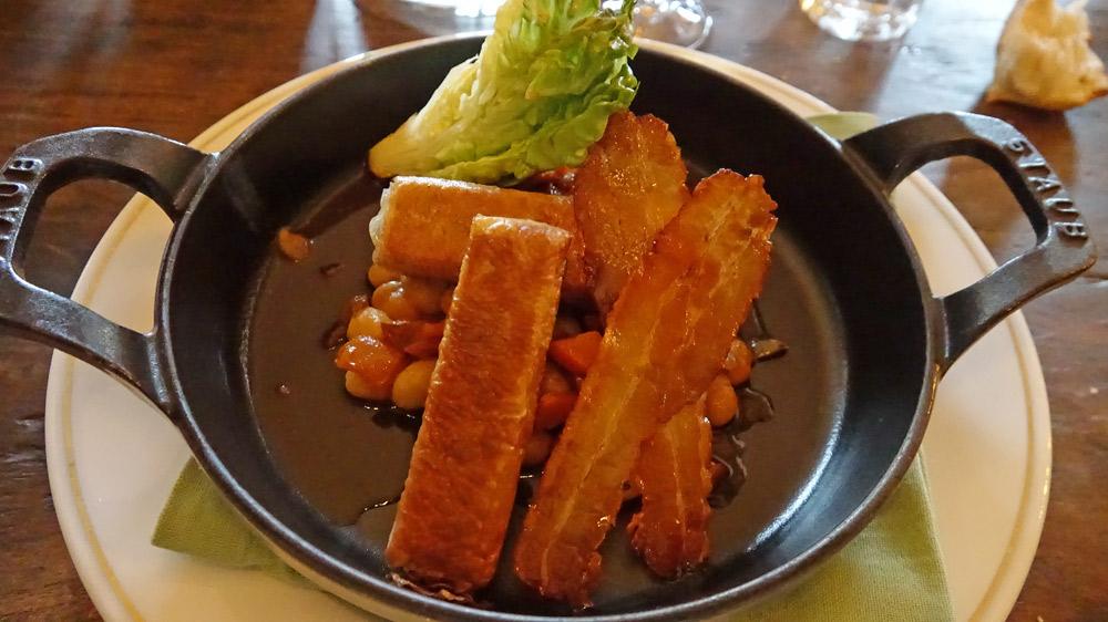 Croustillant de souris d'agneau, haricots demi-secs, sucrine, lard croustillant