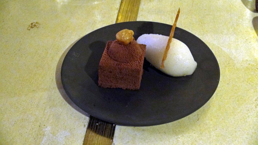 Plot chocolat , bille crémeuse à la noisette et crème glacée à la vanille