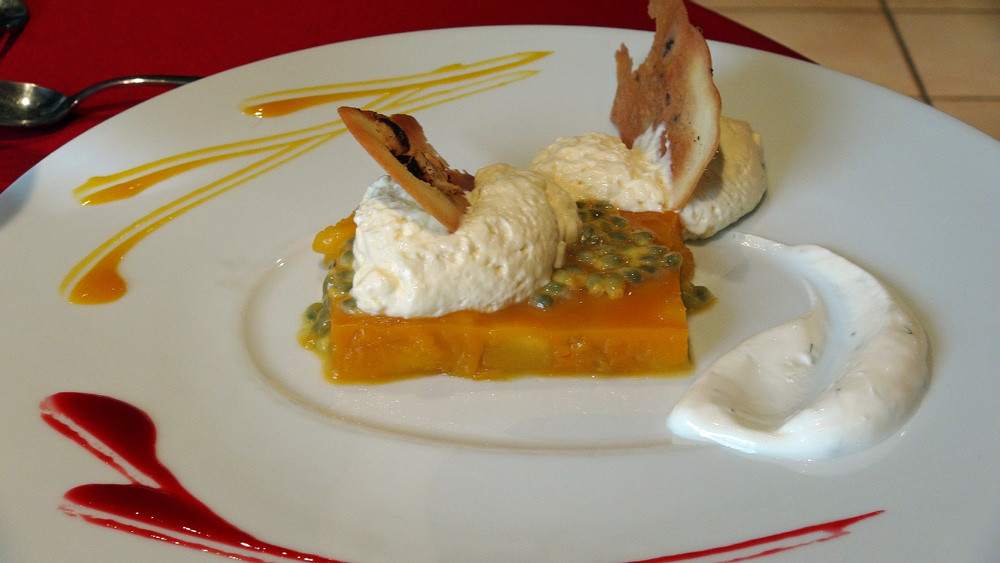 Fraicheur de mangue et fruits de la passion, mousse à la citronnelle de Madagascar, langue de chat