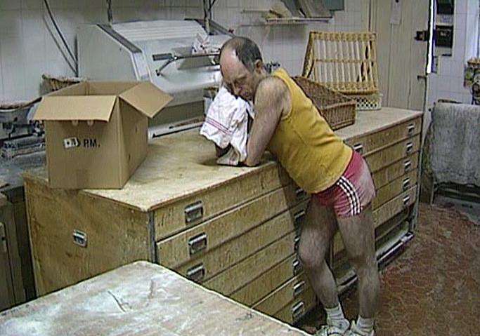 """Luc Mano s'endort (Photo tirée du DVD """"Les secrets de cuisine de Bernard Pacaud"""" de Frédéric Laffont)"""