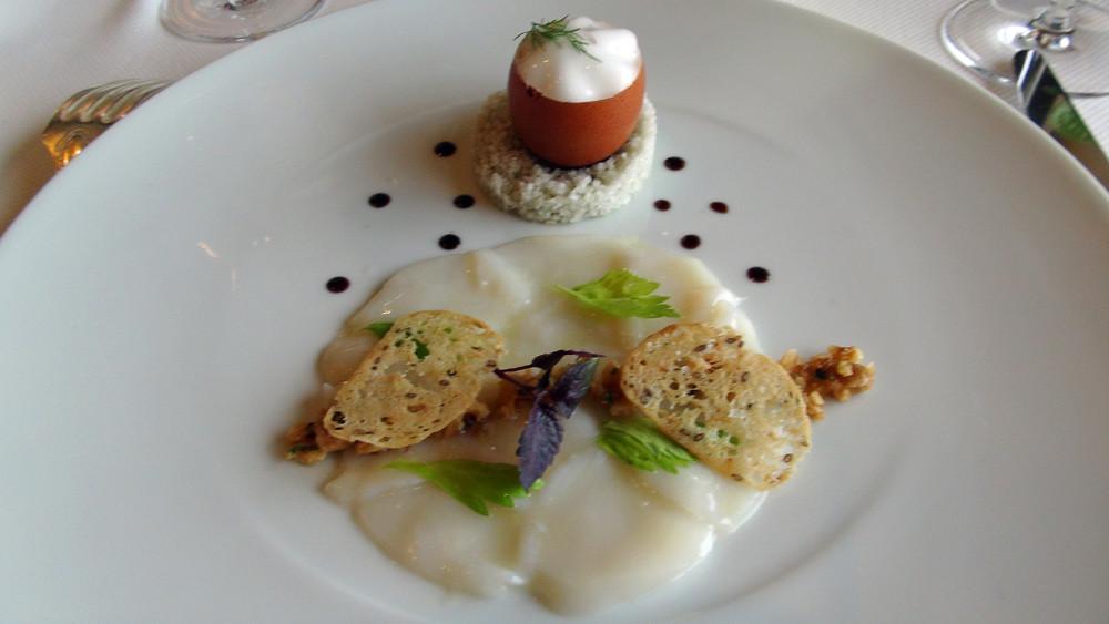 Coquilles Saint-Jacques en écailles, marinade instantanée et oeuf toqué