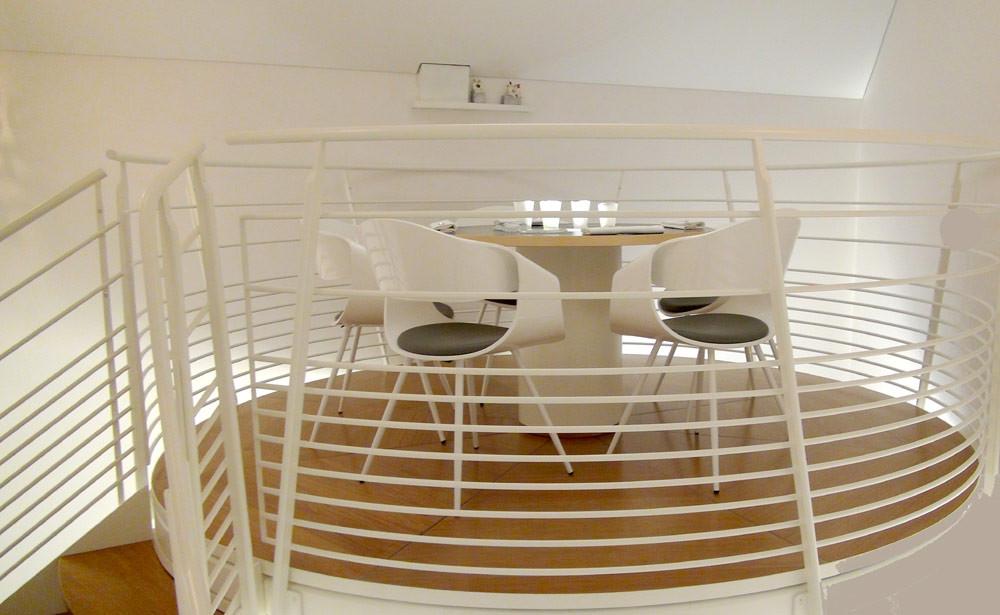 La table suspendue au-dessus de l'entrée