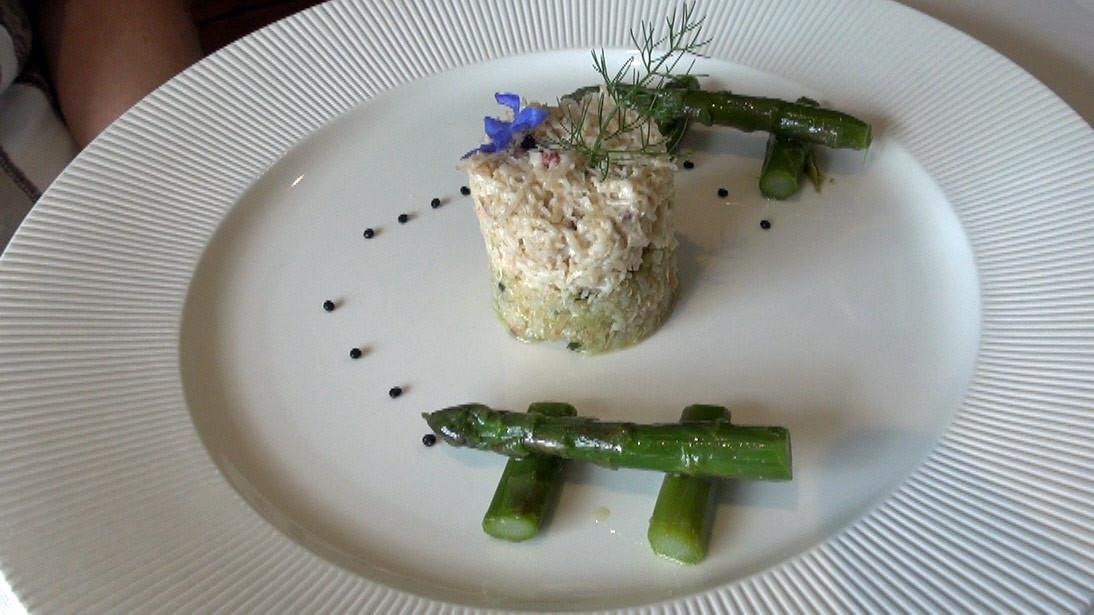 Tourteau décortiqué, quinoa aux algues et légumes, asperges vertes