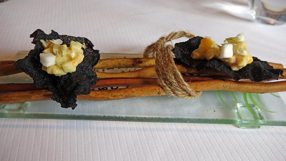 Amuse-bouche : Tartare de haddock, pomme Granny Smith, peau de haddock frite et riz vénéré Thaïlandais