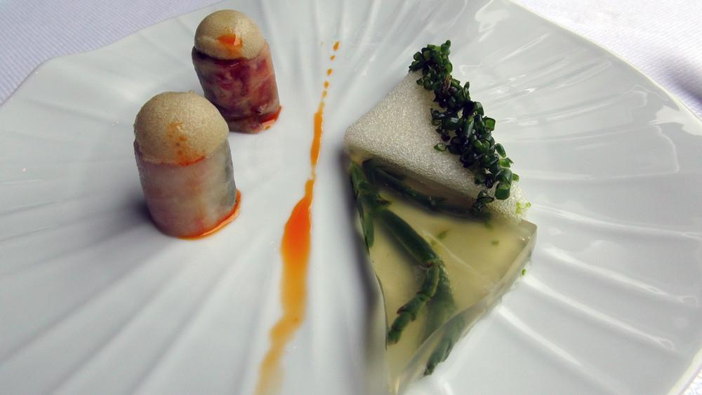 Makis de homard enrobés de radis gris, feuille et côte de blette, gelée et mousse de homard, salicornes