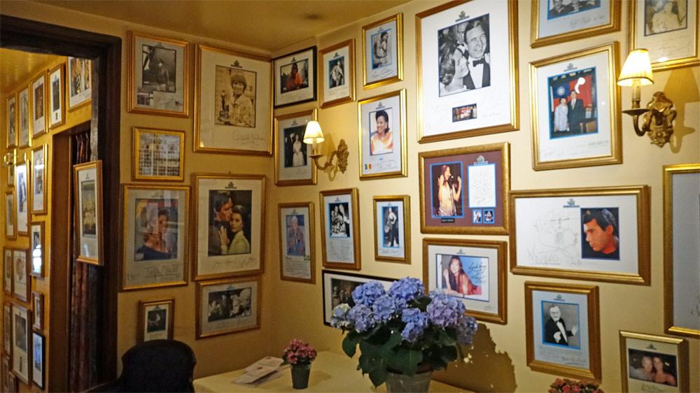 Le couloir décoré avec des photos de personnalités