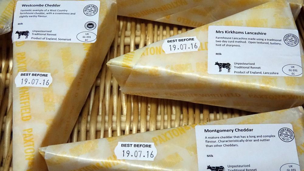 Quelques fromages encore sous leur emballage