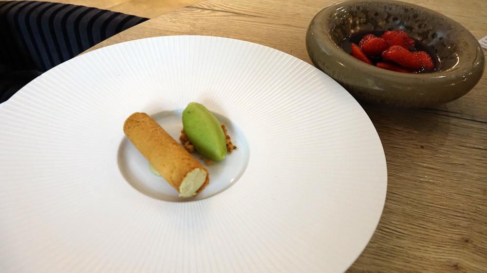 Fraises du Loir et Cher au vin rouge épicé, sorbet citron vert/basilic, crémeux pistache de Bronte en tube croustillant et meringue