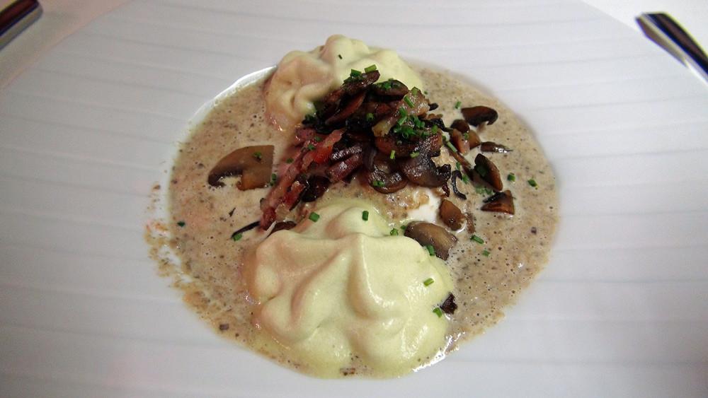 Oeuf mollet, velouté de champignons, émulsion de poireaux
