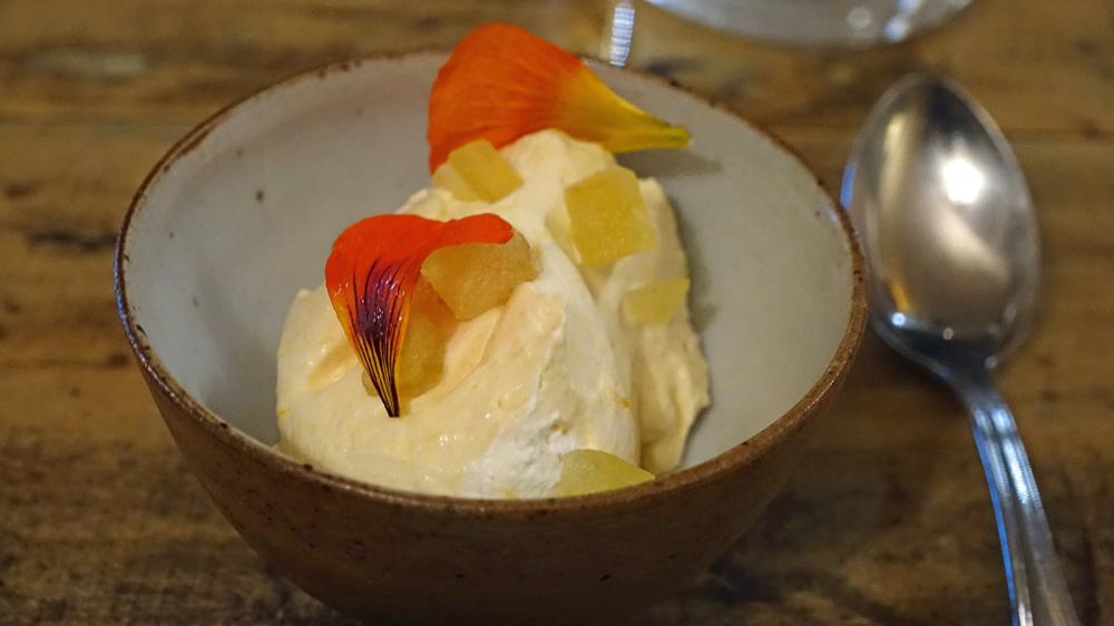 Blanc-manger à la sucrine du Berry (Variété ancienne régionale de courge musquée), fleurs de capucine et pomme confite dans de la moutarde de Crémone