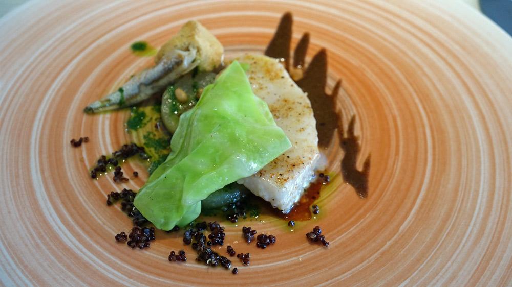 Saint-Pierre, quinoa rouge, jus à l'ail noir, pignons de pin, anchois et pomme fondante