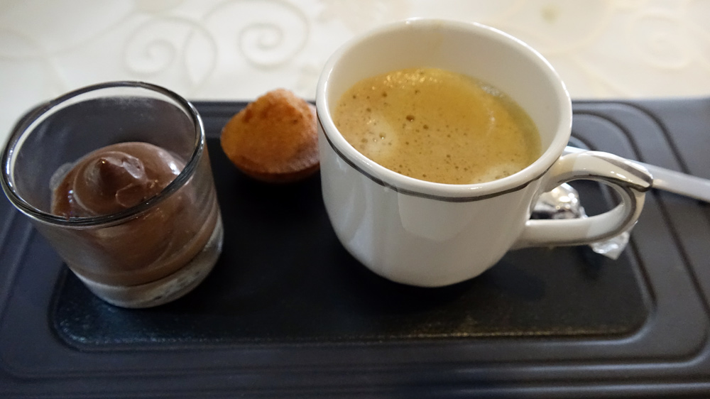 Café, Financier et Petite ganache au chocolat et fève de Tonka.