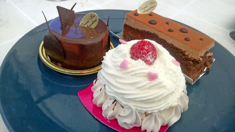 Trois des six gâteaux achetés : Valois - Pavlova - Duo