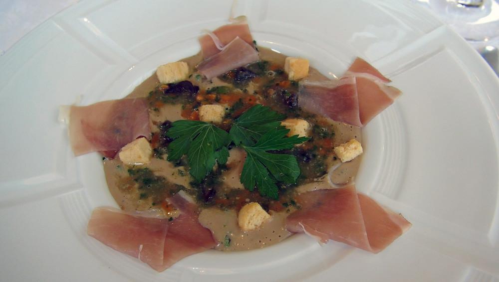 Velouté de cèpes aux escargots de Bourgogne, pétales de jambon cru et minis croutons