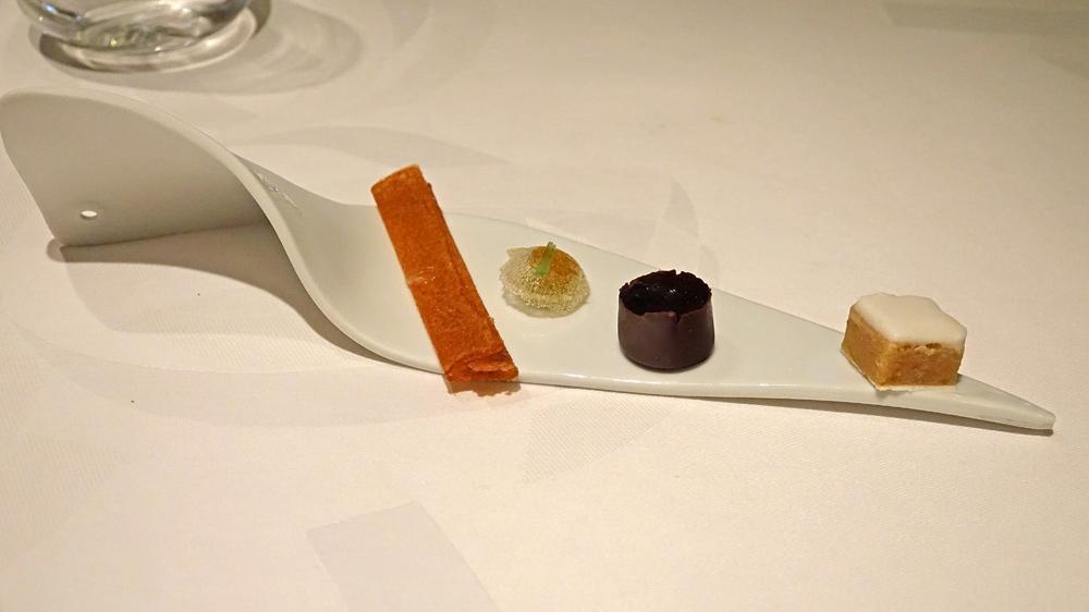 Prédessert : Calisson d'Aix - Matha chocolat et fruits confits - Bille de gel de pamplemousse - Biscuit dentelle