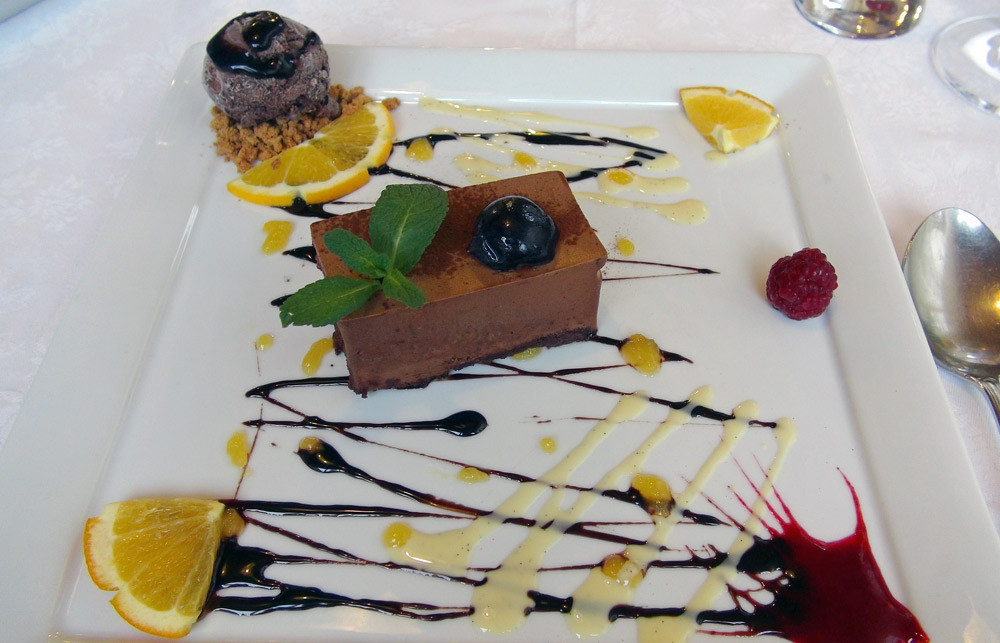 """Parfait au chocolat noir 64 %, marmelade d'oranges, crème glacée au chocolat montée sur un concassé de spéculoos """"Lotus"""", crème anglaise et coulis d'oranges"""