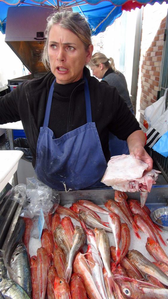 Sylvie Frelaut, armatrice du Kalon Maouez (avant du Marginal) et surtout vendeuse de ses poissons sur le marché