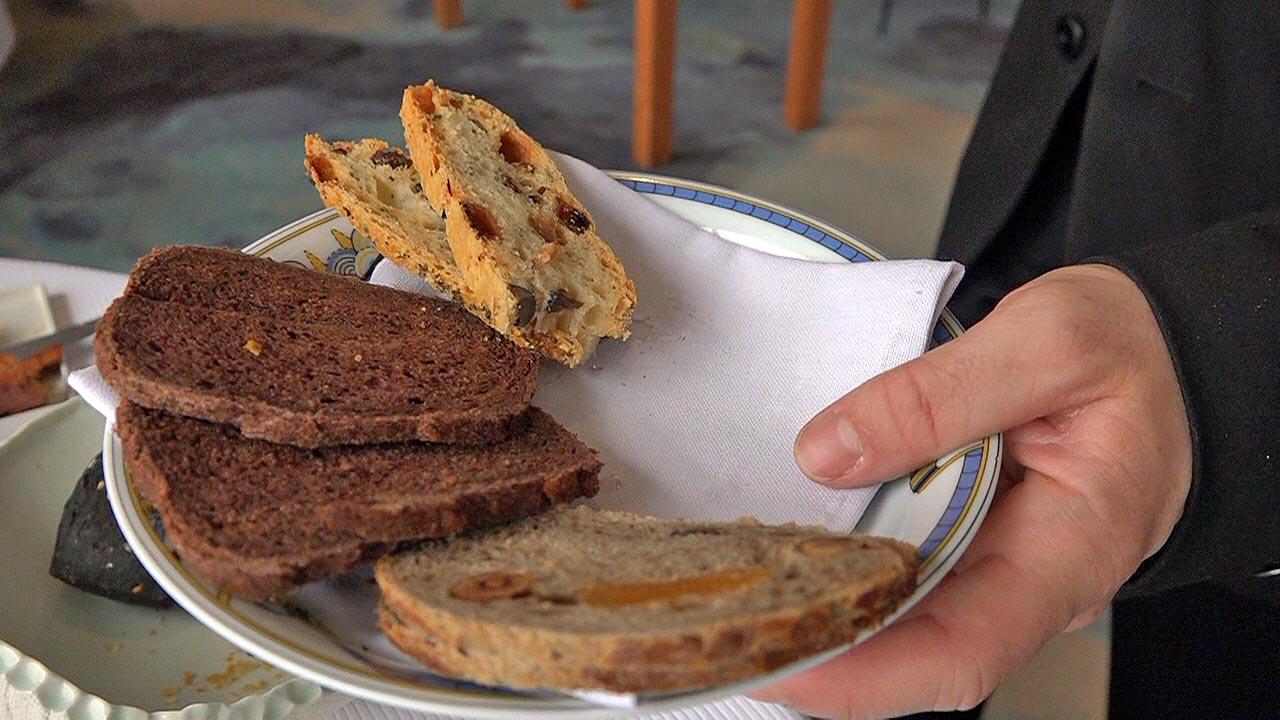 Les pains pour le fromages (Blé noir et fruits secs , cacao et focaccia aux raisins secs, romarin et thym )