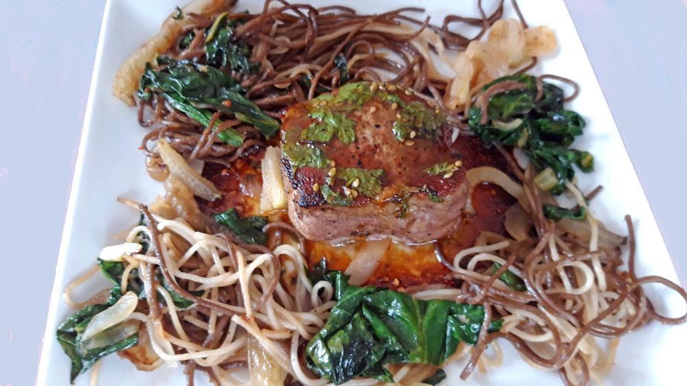 Viande JP : Filet mignon de cochon, sauce Thaï, wok de nouilles soba et blettes