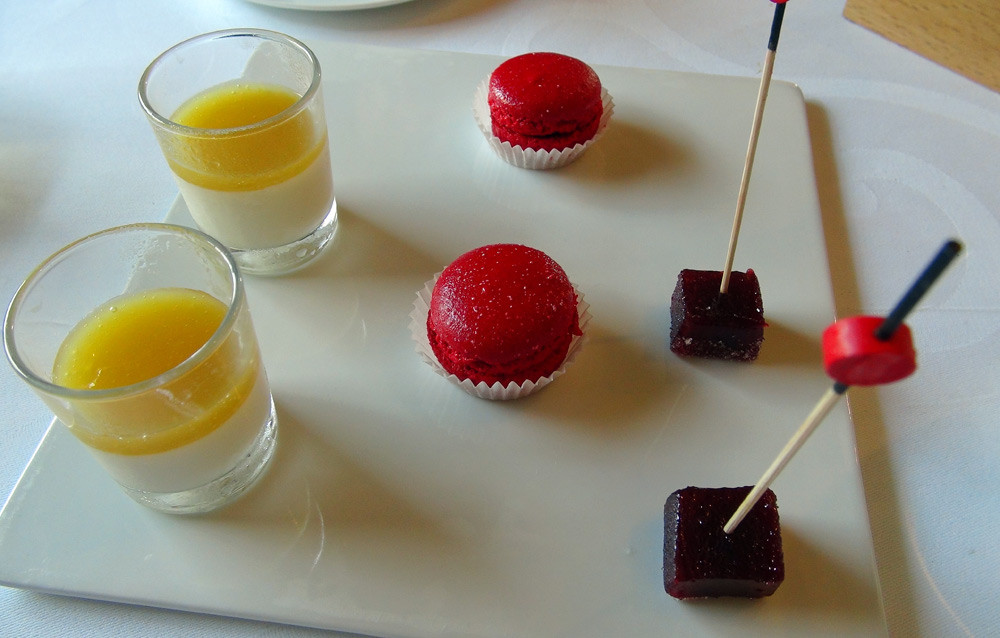Mignardises : Panacotta, coulis de mangue - Macaron framboises - Pâte de fruit aux fruits rouges