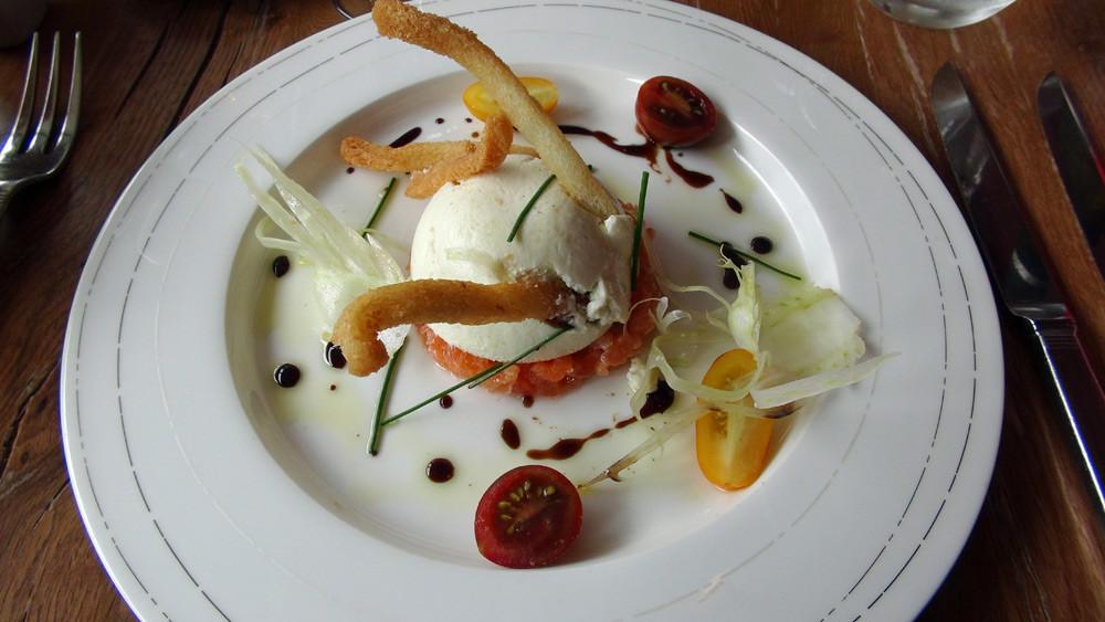 Panna cotta de fenouil au raifort, saumon mariné au sel fumé et croûtons dorés