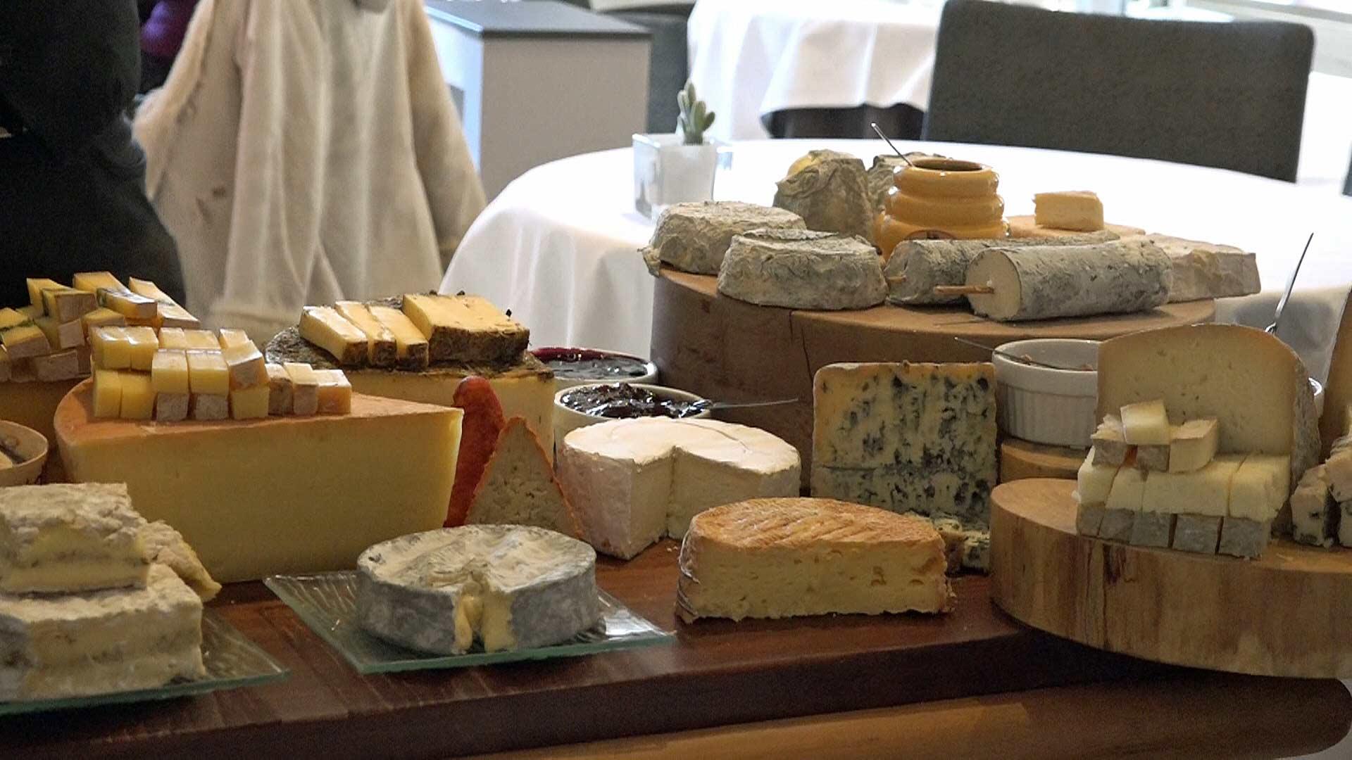 Chariot de fromages frais et affinés, d'ici et d'ailleurs avec ses 16 variétés au programme !