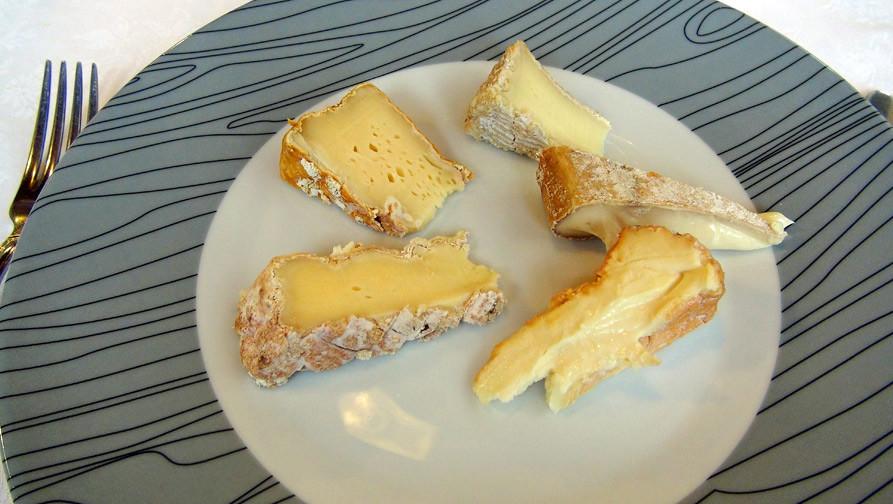 Mon assiette de fromages : Pont l'Evêque, Livarot, Camembert, Chécy au foin & Soumaintrain