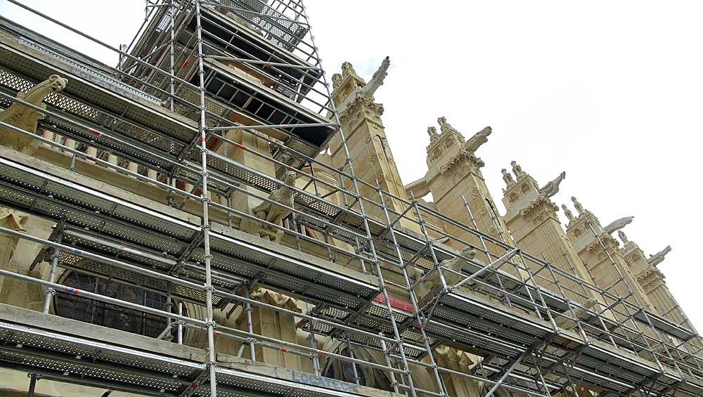 Gargouilles et façade en cours de restauration