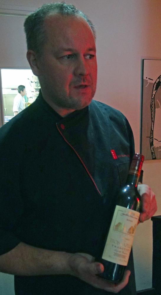 Nicolas et sa bouteille de Cahors en cadeau ... merci