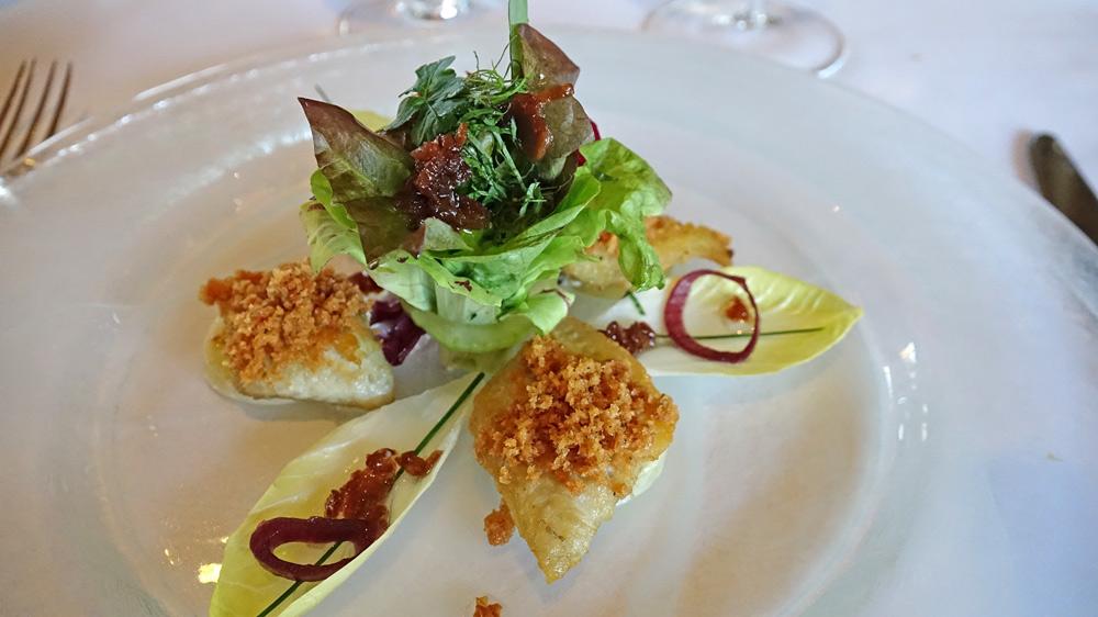 L'anguille,  filet poêlé., mie de pain dorée aux graines de céleri, salade de saison à la vinaigrette d'échalotes frites, pomme de terre au poireau