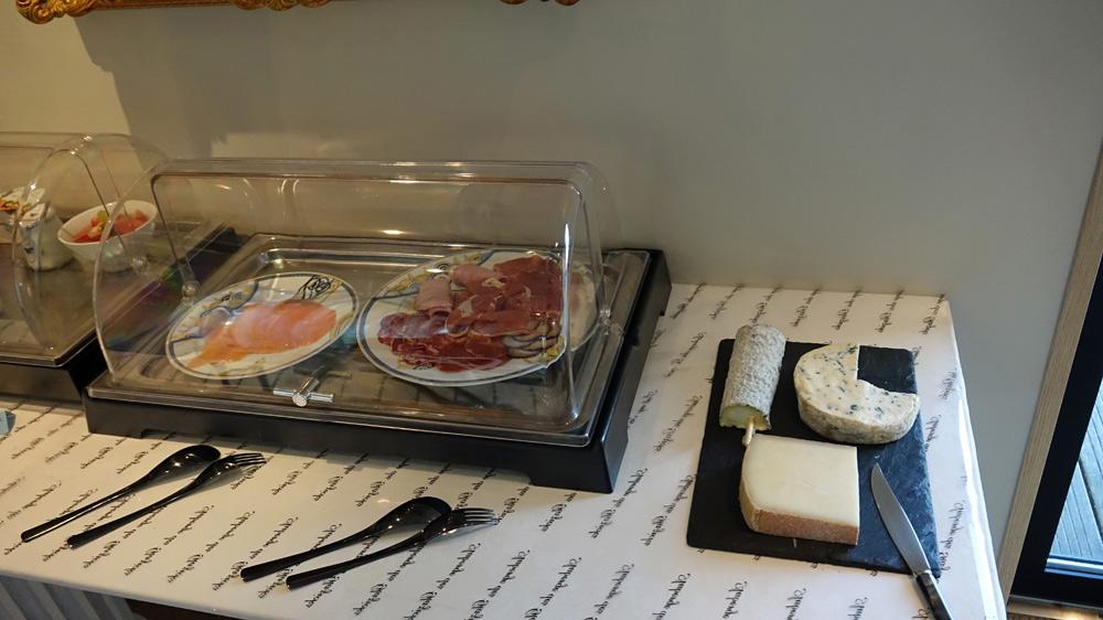 Saumon fumé, charcuteries et fromages du petit déjeuner