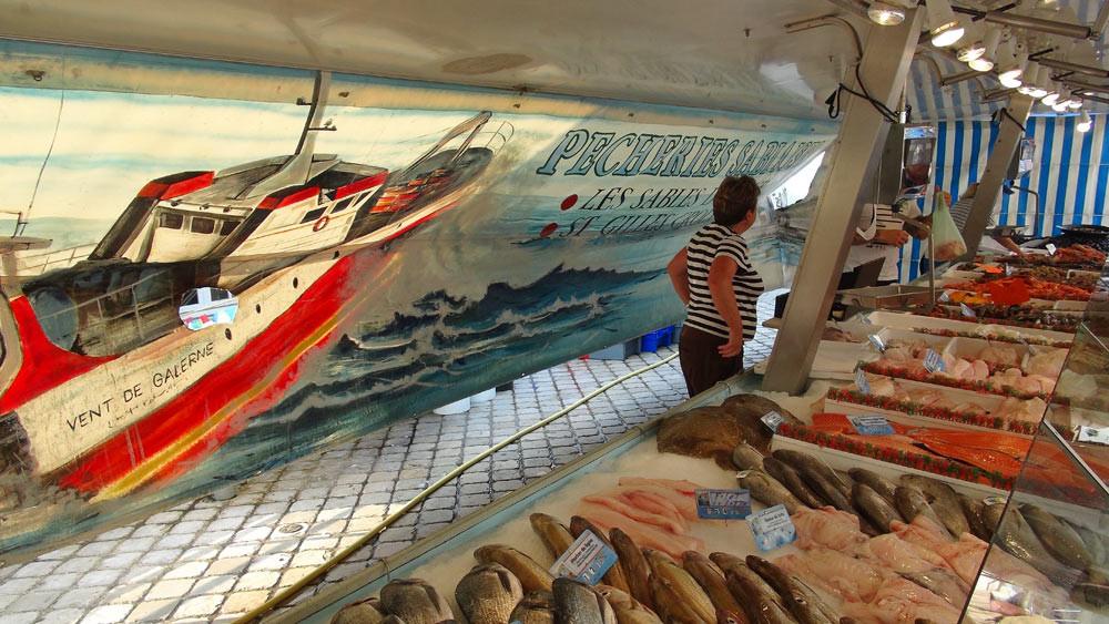 Le banc des poissons disponibles à la vente