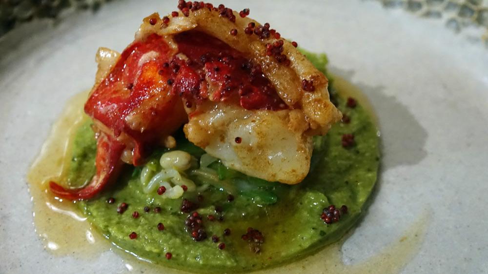 Pince de homard bleu, avocat et bouillon de gingembre sauvage, la queue de homard bleu, sauce pad thaï