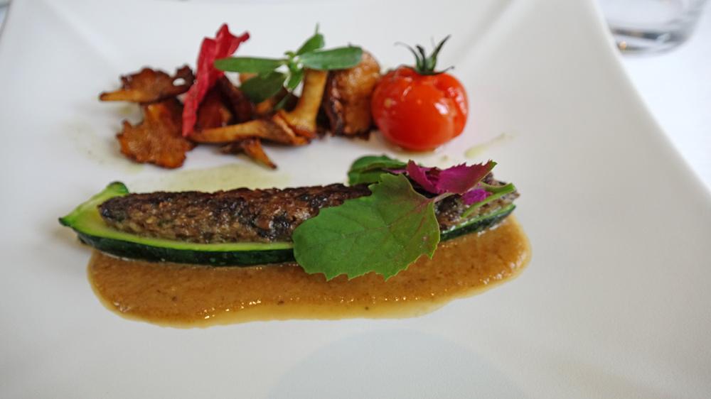 Courgette farcie aux champignons, calamar et pâtissons poêlés, vinaigrette de légumes, huile de sarriette