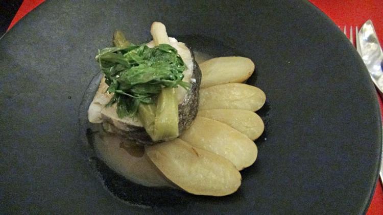 Tournedos de cabillaud à basse-température, herbes à soupe et rattes fondantes, bouillon de légumes