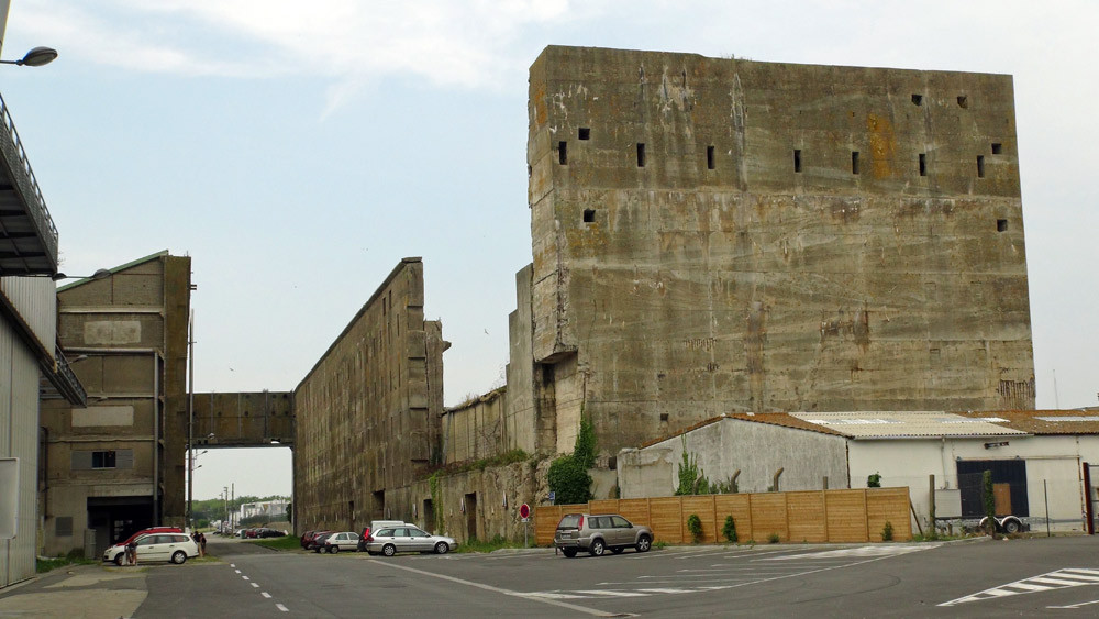 Bâtiment inachevé près du bloc Kermoran 2