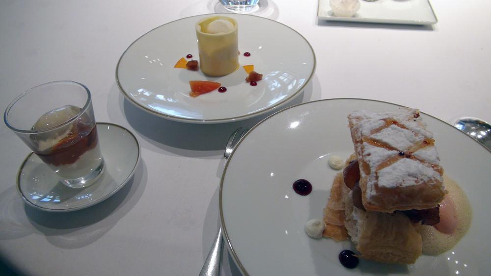 Dessert surprise : Millefeuille de pommes caramélisées, crème glacée de coing - Crème légère au rhum en coque de chocolat blanc - Gelée de coing, crème glacée au thé vert sakura glacé et potimarron