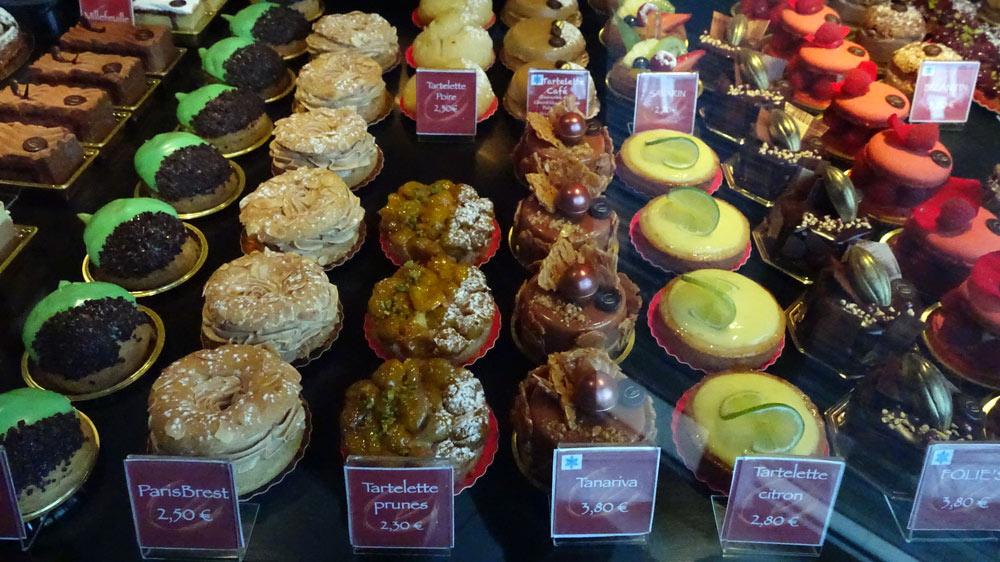 Petits gâteaux : Royal - Gland - Paris-Brest - Tartelettes poire, prunes et café - Savarin - Tartelette citron - Folies