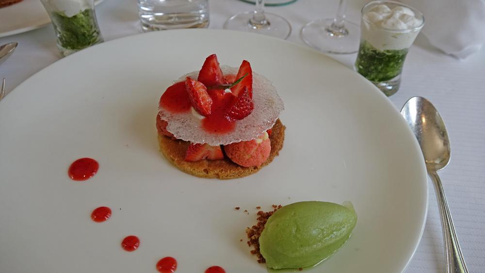 Pré-dessert offert : Fraises, sorbet verveine, petits choux et crème citron vert - Granité à l'oseille sur une mousse au lait de coco