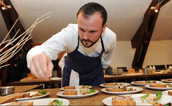 Yohan Lastre en pleine préparation des assiettes de dégustation de son Pâté en croûte sacré Champion du Monde - Crédit photo : Fabrice Schiff