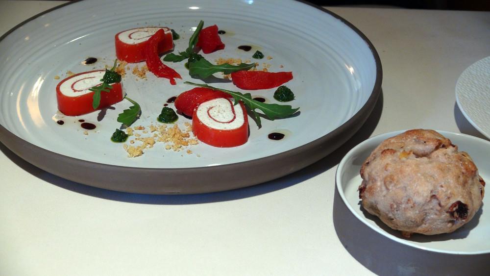 Roulé de brebis aux tomates confites, pesto à la roquette