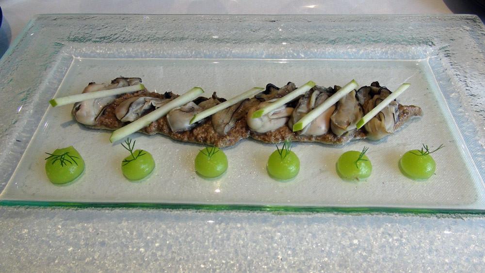 Les huîtres de Lanmodez tièdes, duxelles de champignons de Paris au bouillon de poule, pomme verte
