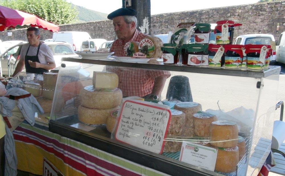 Un producteur de fromages et son béret ... basque bien sûr !