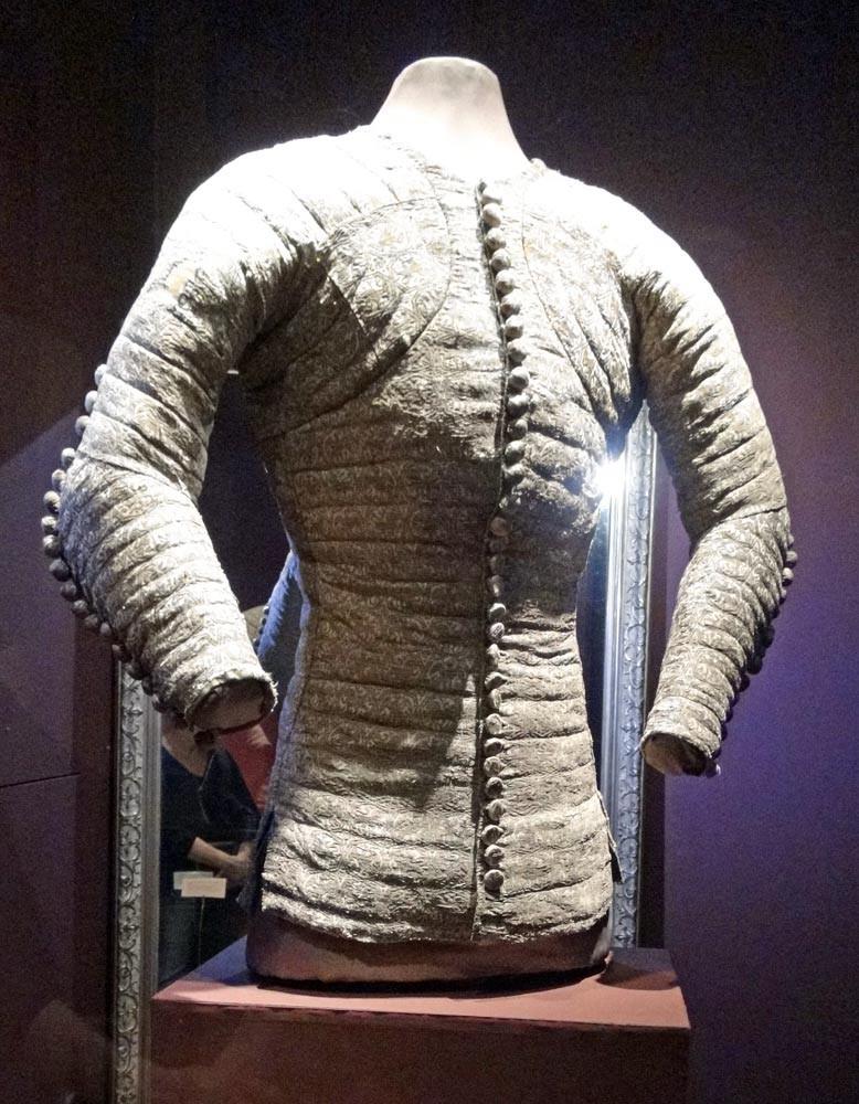 Musée des Tissus :  Jaque. Rare costume civil qui aurait appartenu à Charles de Blois, mort en 1364.